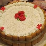 Torta con crema chantilly e frutti di bosco
